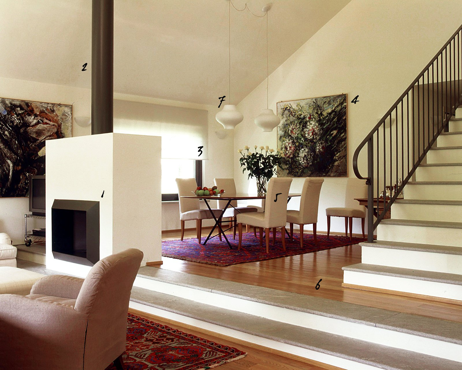 Un soggiorno commentato tra mobili d epoca e design for Esempi di arredamento