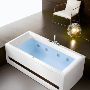 La vasca Era Plus di Hafro esiste in molte configurazioni e si può accessoriare con dispositivo per l'idromassaggio. Nella versione base, misura 190 x 90 cm; Iva esclusa prezzo 874 euro. www.hafro.it