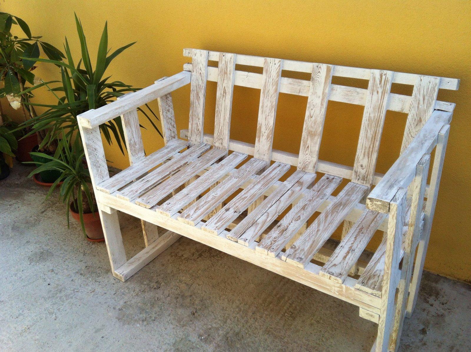 Il divanetto per esterni in stile shabby cose di casa - Divanetto in legno per esterno ...