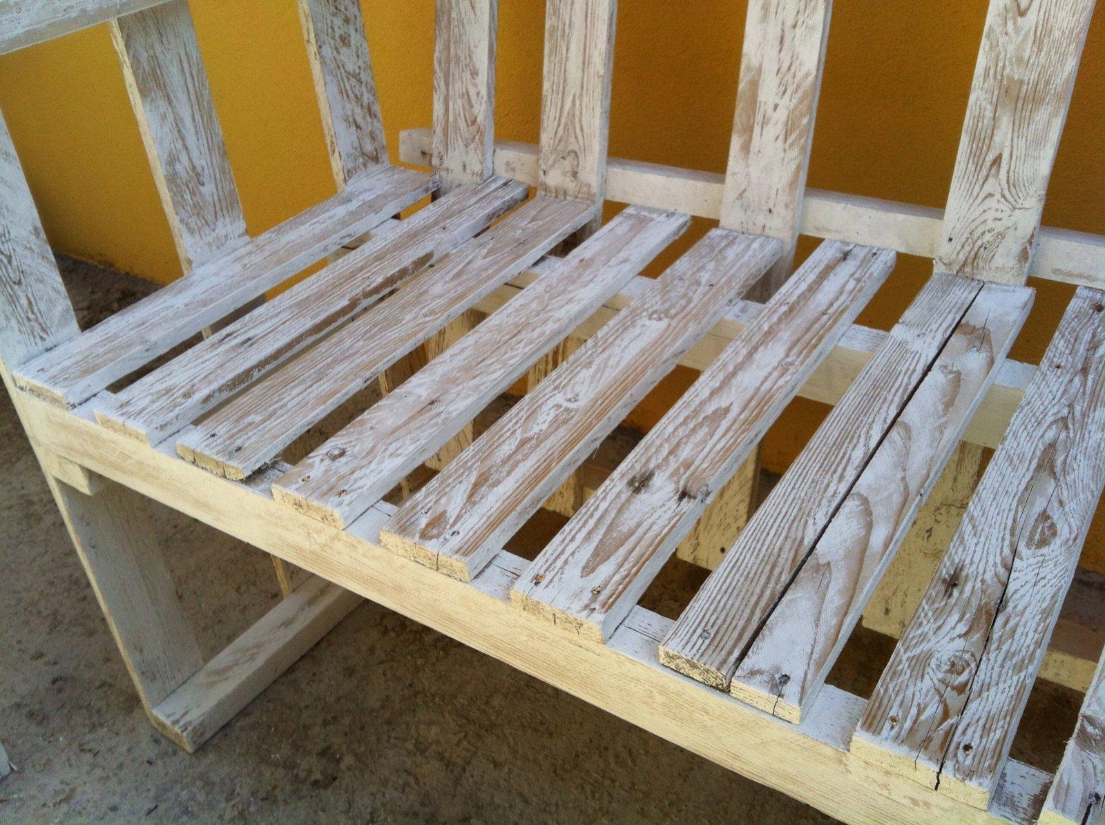Il divanetto per esterni in stile shabby cose di casa - Mobili per esterni in legno ...