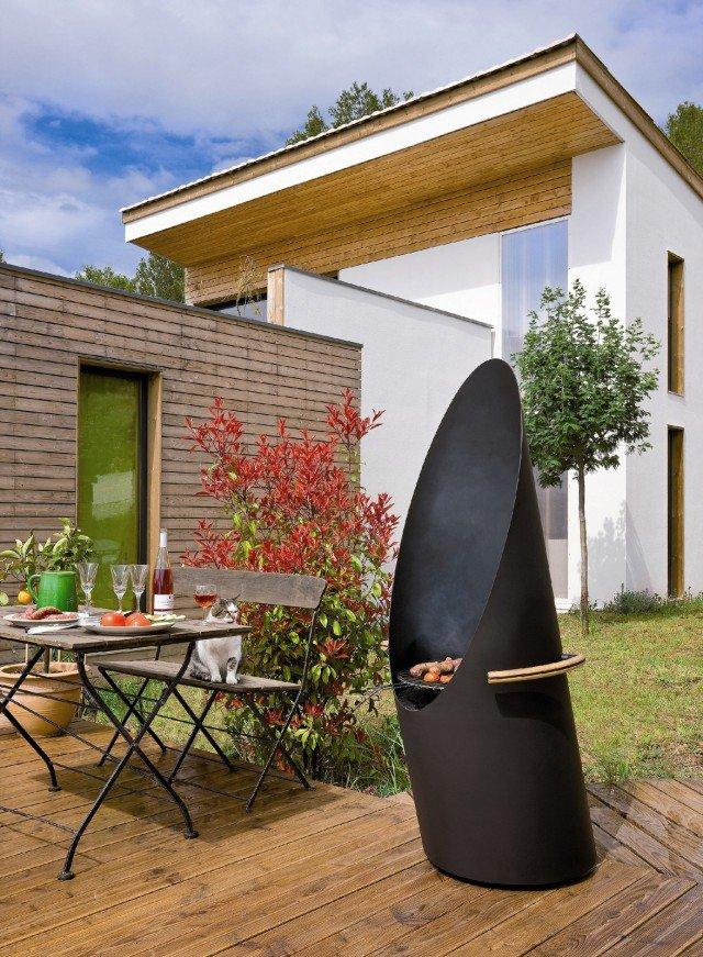 Diagofocus di Focus può funzionare come classico barbecue per cucina oppure come caminetto per esterni perfettamente regolabile e orientabile grazie alla presenza di pratiche rotelle. L'alta struttura in acciaio nero protegge dal vento e consente di cucinare minimizzando il fumo e lo sporco. Prezzo 2.364 euro - www.focus-creation.com