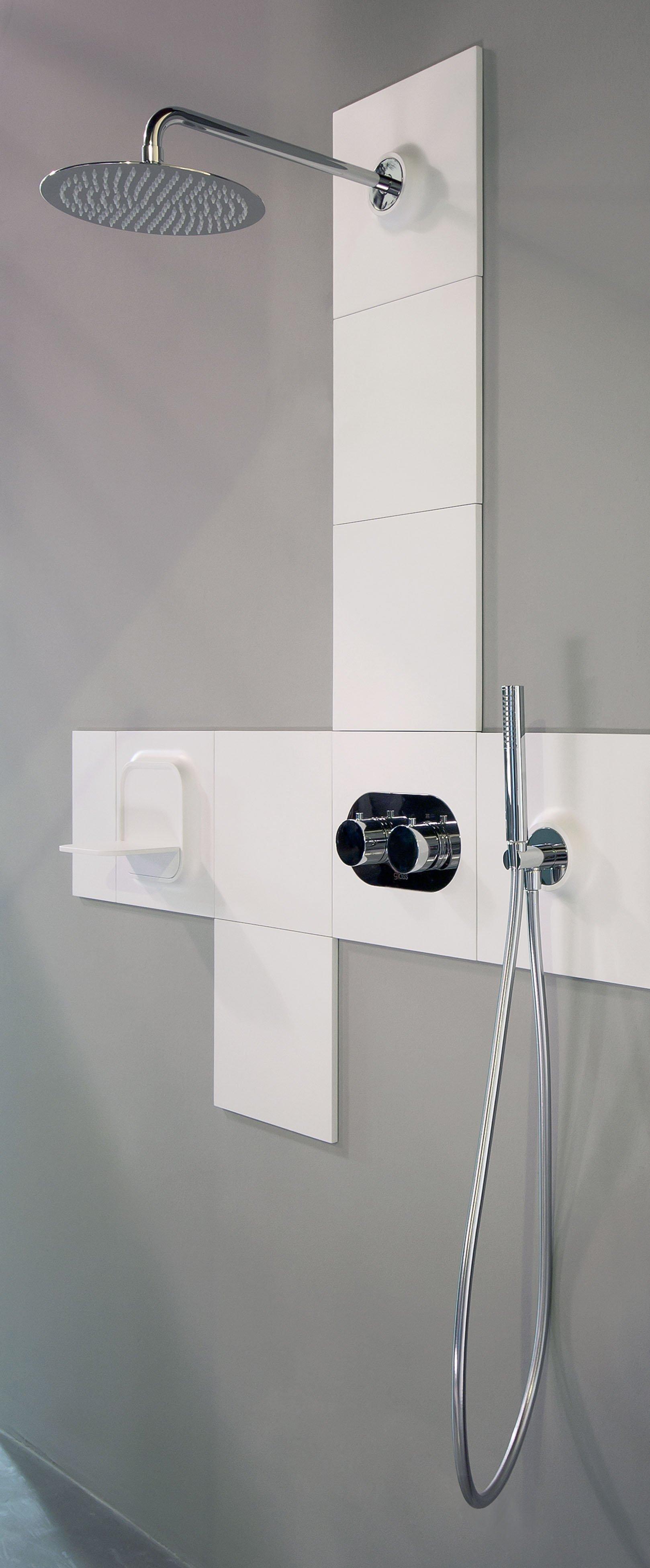 Glass propone modula piastrelle attrezzate con rubinetteria o mensole cose di casa for Mensole x bagno