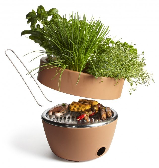 Il vaso Hot Pot Bbq di  Black+Blum è in acciaio rivestito di ceramica, resistente al calore, e nel doppiofondo nasconde un barbecue. Contiene anche pinze in acciaio inox, che si trasformano in manici per trasportare comodamente la griglia. Ha diametro di 30 cm. Prezzo 139,80. www.goolp.it
