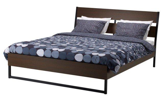 Trysil di Ikea ha le sponde del letto regolabili per il posizionamento di materassi a diversi spessori. La testiera inclinata permette di leggere comodamente a letto. Disponibile in sue finiture marrone scuro o laccato bianco. Misura  L 209 x P 165 x  H 98 cm. Prezzo 89,90 euro. www.ikea.com/it/it