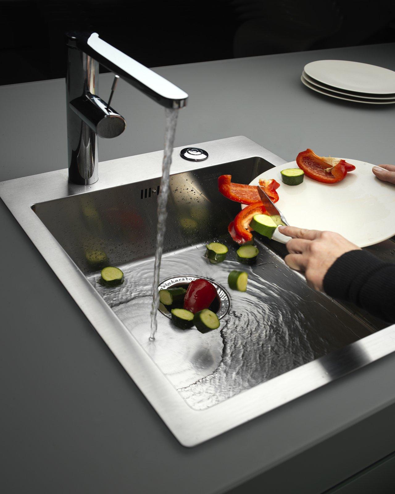 Tritarifiuti integrato sotto il lavello della cucina for Tritarifiuti lavandino