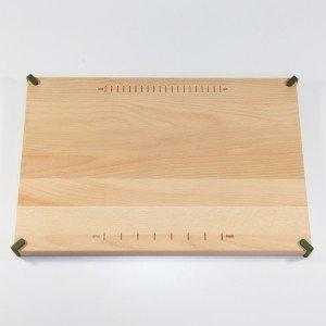 Il tagliere di Royal VKB in legno naturale può essere usato anche per portare il cibo in tavola.