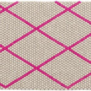 Con grafica a losanghe, nei colori fucsia, verde e azzurro, il tappeto Dot carpet di Hay  ha sfondo crema.