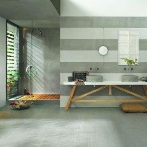 Oficina7, monocottura in pasta bianca, è ideale per rivestire bagni residenziali. Si tratta di un prodotto ecosostenibile, realizzato con un processo produttivo a ciclo chiuso con un contenuto di materiale riciclato maggiore del 15%.