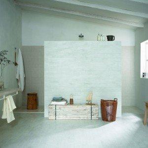 Treverkatelier, adatto a rivestire prevalentemente pavimenti di living, cucine, bagni e camere da letto, presenta una superficie satinata, caratterizzata da un'alternanza di effetti lucido/mattone.