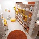 La libreria Outline viene proposta per dividere e schermare due ambienti distinti. Nella misura L 371,5 x P 30/56 x H 248,5 cm, prezzo 2.310 euro.