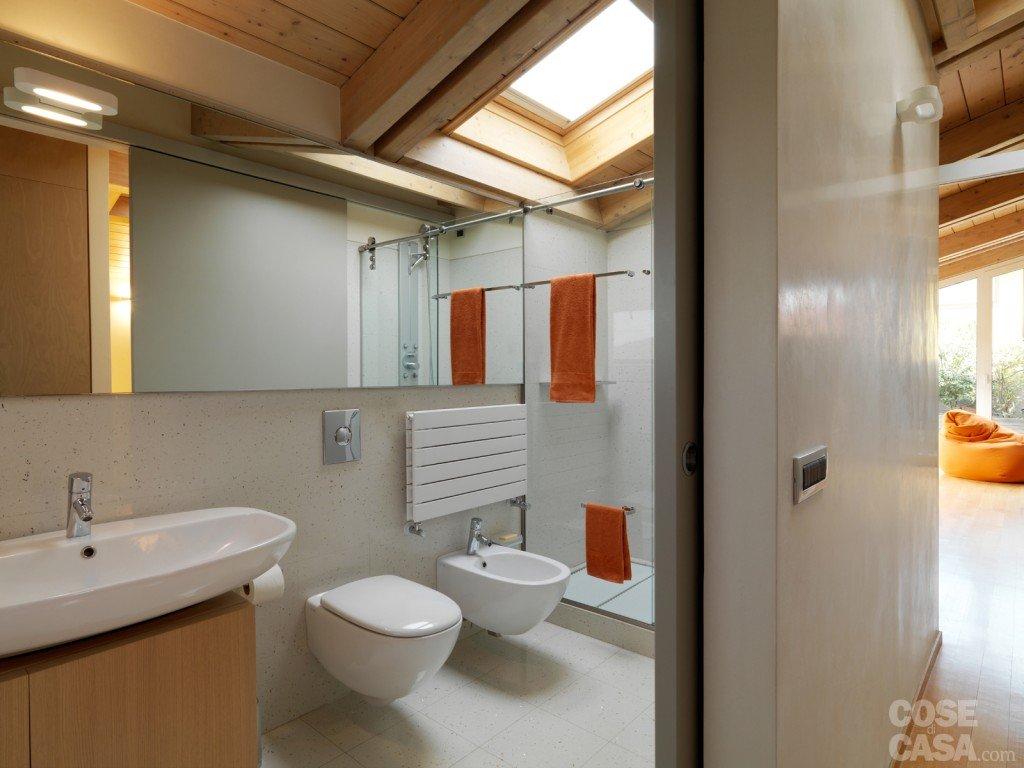 Una casa arredata con pezzi di design e finiture di tendenza cose di casa - Bagno sottotetto ...
