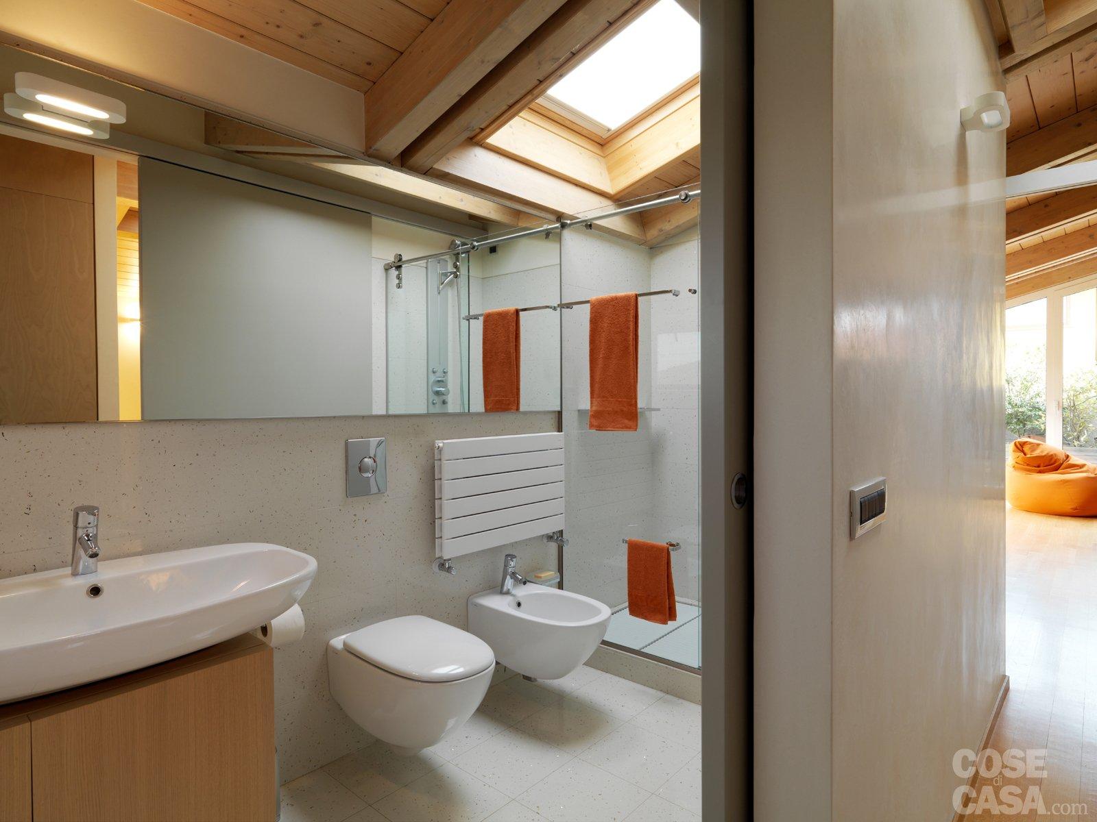 Idee Per Tende Finestra Bagno : Una casa arredata con pezzi di design ...