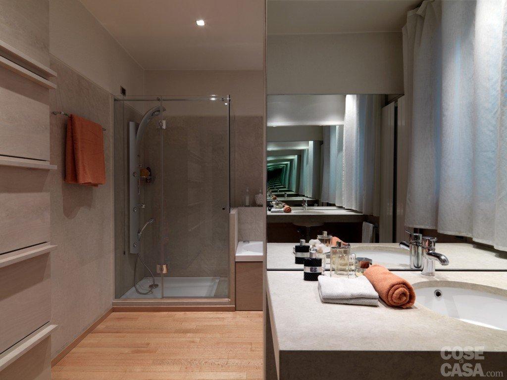 Una casa arredata con pezzi di design e finiture di for Idee bagno garage