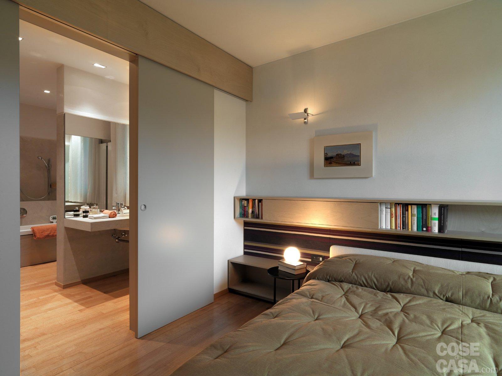 Una casa arredata con pezzi di design e finiture di for Faretti camera da letto