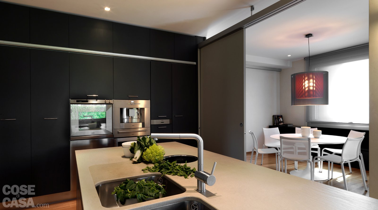 Una casa arredata con pezzi di design e finiture di for Cucine arredate