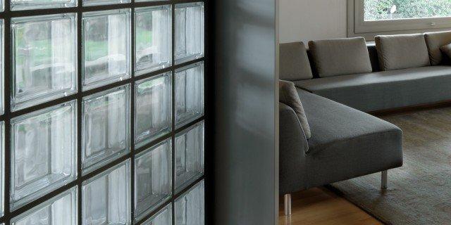 Una casa arredata con pezzi di design e finiture di tendenza