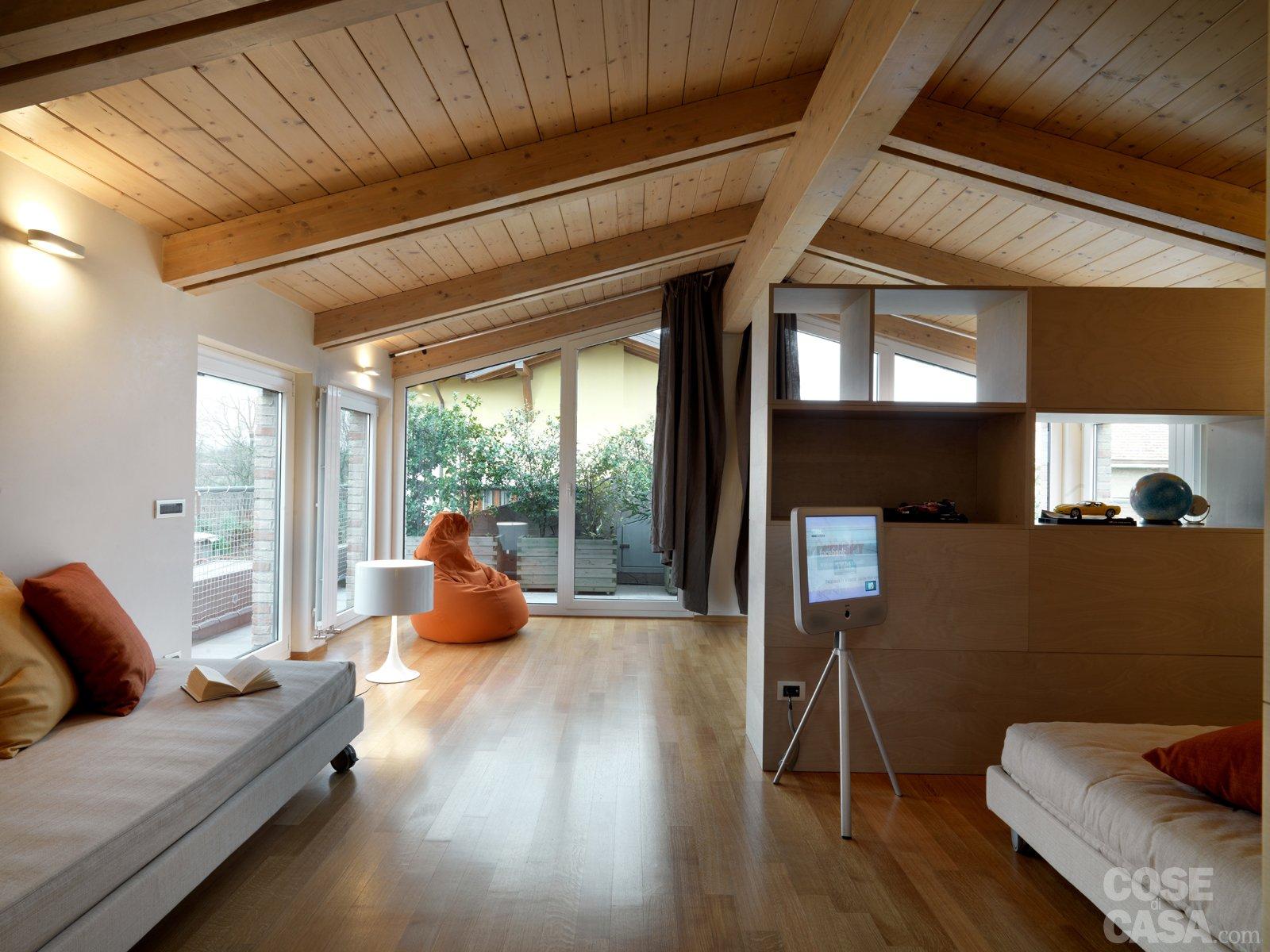 Una casa arredata con pezzi di design e finiture di for Case moderne interni legno