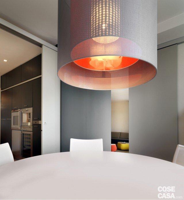 Una casa arredata con pezzi di design e finiture di tendenza cose di casa - Lampade sopra tavolo da pranzo ...