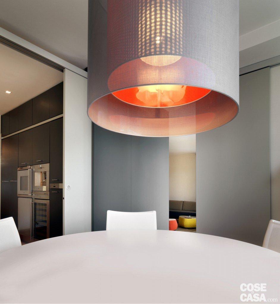 Una casa arredata con pezzi di design e finiture di - Lampade sopra tavolo da pranzo ...