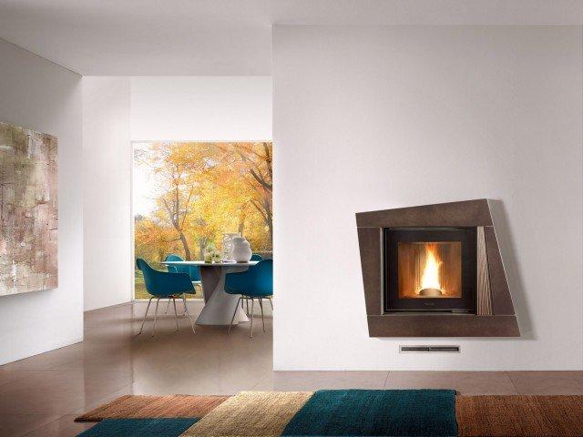 """Il caminetto Vienna di Piazzetta con monoblocco """"termo"""" a legna MT 600 sviluppa una potenza termica all'ambiente di 6 Kw e una potenza termica al fluido di 13 Kw."""