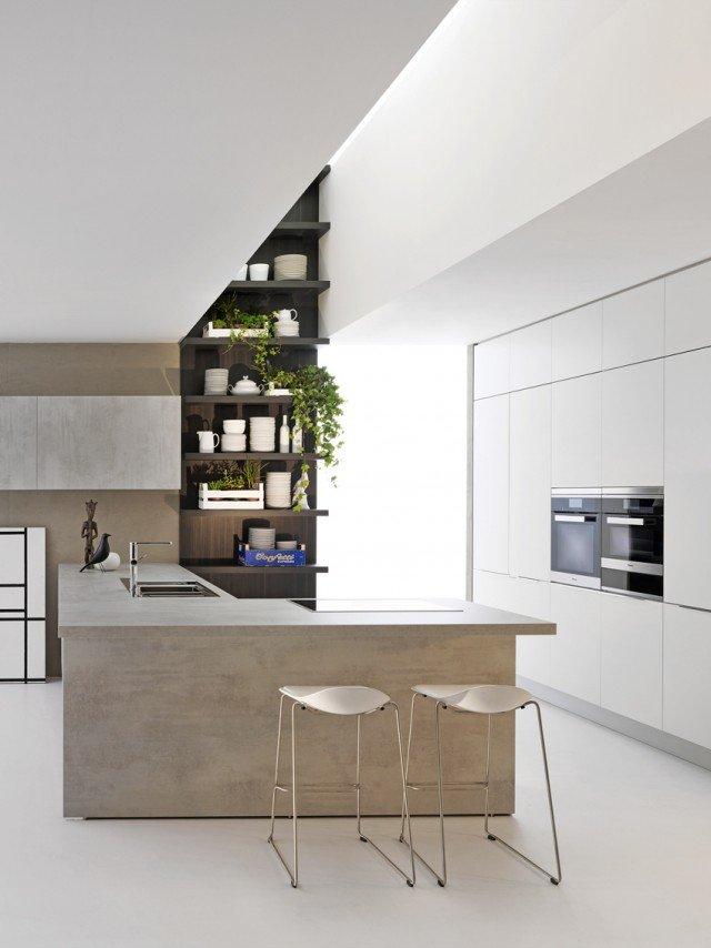 La cucina Dada InDada è sobria, funzionale e possiede tutta la tecnologia utile senza eccessi. Le aperture ergonomiche, i materiali durevoli e i dettagli di pregio di ante e cassetti si associano alla solidità delle basi e al sistema di barre sottopensile. È la sintesi perfetta di pochi e semplici elementi combinati in una modularità ampia che rende facile la progettazione e il montaggio. L'isola in melaminico finitura cemento con Top in laminato ha finitura cemento misura L 227 x P 38/110 x H 92 cm. Prezzo, esclusi elettrodomestici e lavabo: 6.907 euro. www.dadaweb.it