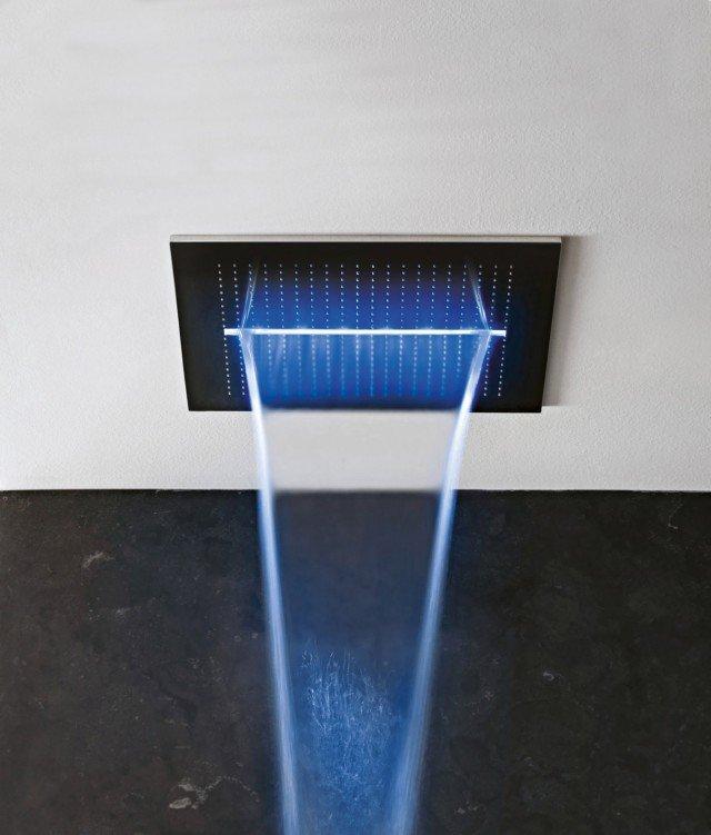 Acqua zone di Fantini è il soffione a soffitto con comandi elettronici e sei diverse combinazioni di acqua e luci. In acciaio lucido, misura 53 x 53 cm. Prezzo da rivenditore. www.fantini.it