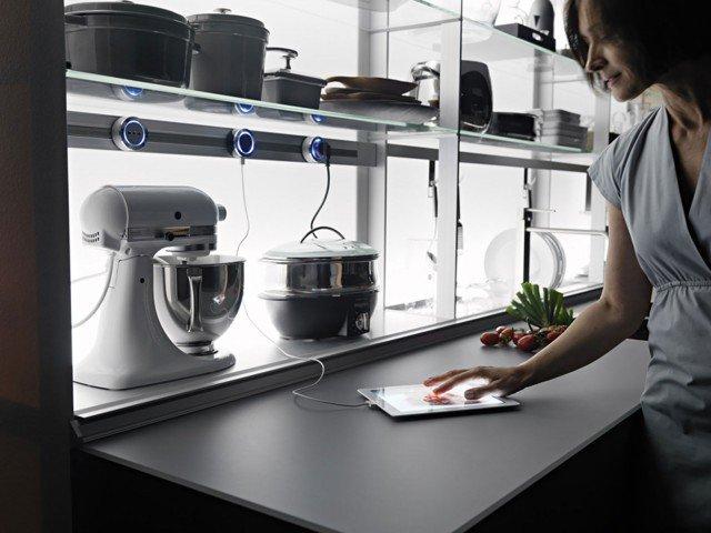 Tutto è a portata di mano e tutto è in ordine con New Logica System di Valcucine, lo schienale attrezzato in grado di ospitare e nascondere, all'occorrenza, tutte le attrezzature da cucina: lo scolapiatti, la bilancia, i piccoli elettrodomestici, i contenitori estraibili per cucinare, i portabottiglie,  le prese elettriche, un monitor, il portarotoli, il rubinetto, i ganci porta mestoli e anche la cappa.  www.valcucine.it
