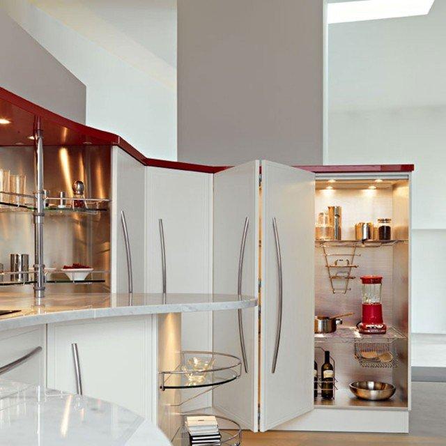 L'armadio-dispensa Skyline di Snaidero con apertura a soffietto, è attrezzato internamente con ripiani ed accessori in filo, rivestimenti in alluminio ed illuminazione interna. Misura L 120 x P 57 x H 144 cm. www.snaidero.it