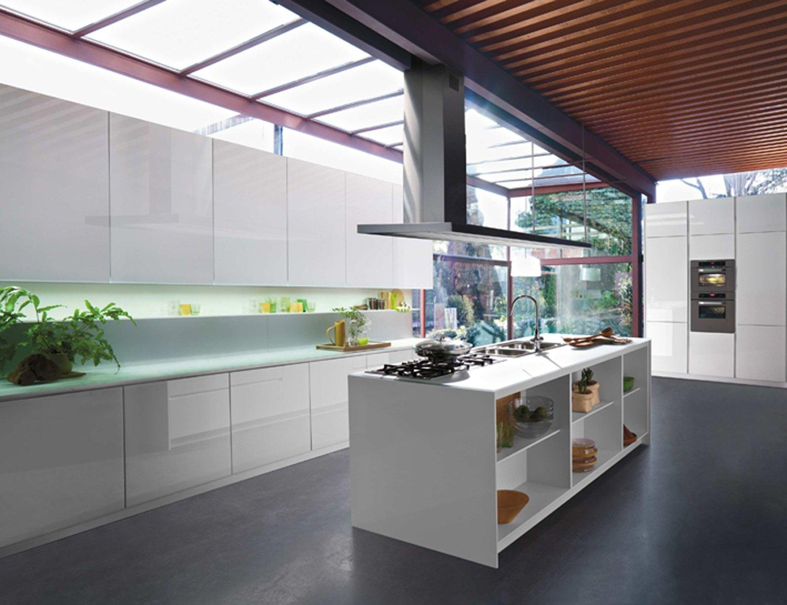 Cucine in vetro con superfici a specchio for Piani a una storia con piano seminterrato