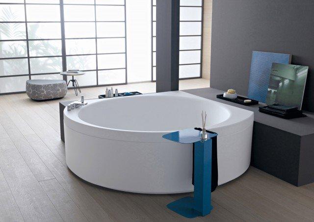 """La vasca Suri di Albatros, in versione pannellata anche a libera installazione, viene fornita con una o più lastre removibili (per eventuali ispezioni) che coprono la struttura metallica da cui è sorretto il bacino. I modelli freestanding, non appoggiandosi ad alcuna parete, sono rivestiti totalmente. È realizzata in WhiVe®, una speciale superficie opaca e levigata, la vasca con tastiera digitale """"soft touch"""". È possibile selezionare le funzioni airpool, IdroTwo, per getti laterali e dal fondo, più linfodrenaggio. Misura 140 x 140 x H 56,5 cm. Nella versione base, dal 1 ottobre prezzo a partire da 2.234 euro. www.albatros-idromassaggi.it"""