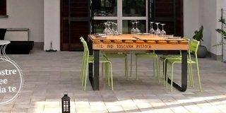 Un tavolo con materiale di recupero