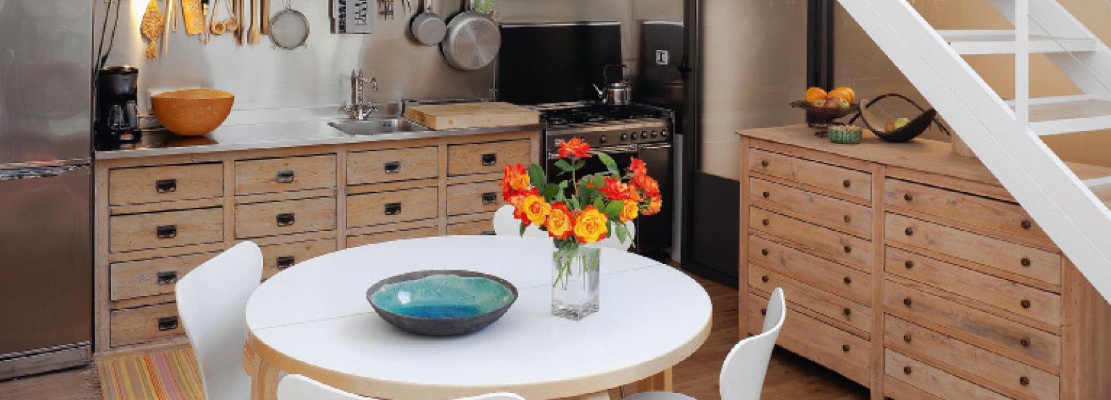 Cucina vintage con elementi di recupero cose di casa for Cucina senza pensili