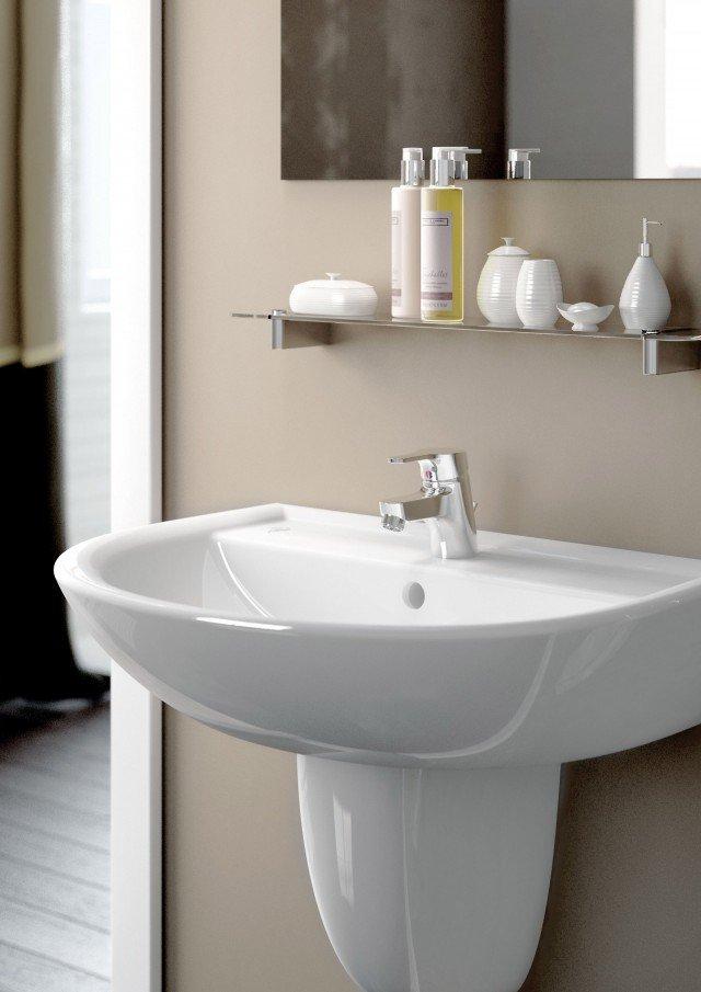 Il lavabo Quarzo di Ceramica Dolomite in ceramica bianca ha forma semplice e raffinata. Abbinabile a colonna o semicolonna, ha foro per la rubinetteria centrale aperto. Misura L 60 x P 47 cm. Prezzo 56,68 euro. www.ceramicadolomite.it