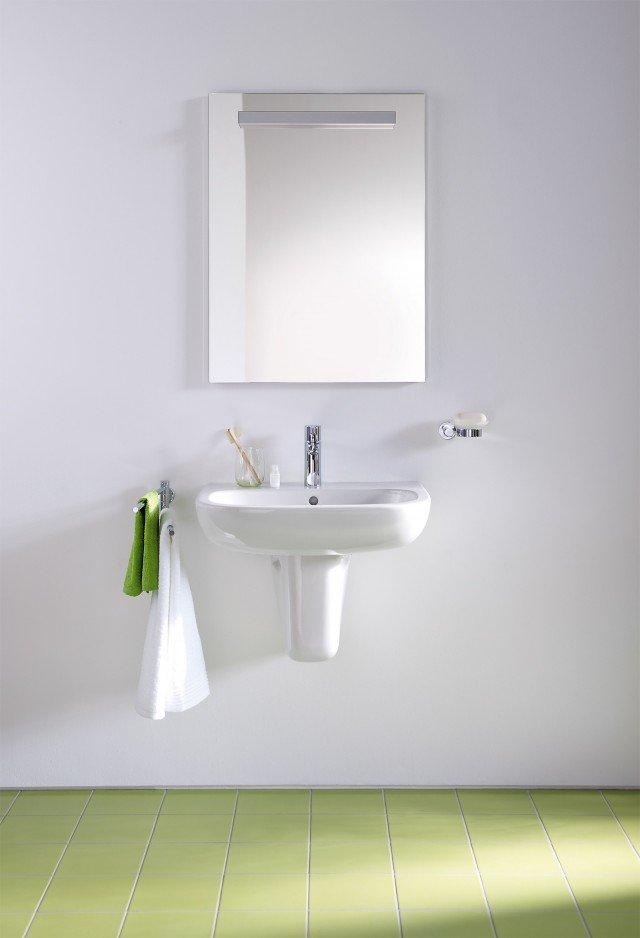 Il lavabo monoforo D-Code di Duravit con troppopieno e semicolonna è in ceramica bianca. Il suo design è essenziale: un semplice rettangolo con angoli arrotondati. Misura L 65 x P 46 cm. Prezzo di listino 55 euro. www.duravit.it