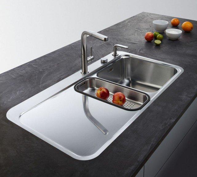 Sinos SNX 251 di Franke è installabile filotop o a semifilo il lavello in acciaio inox satinato a una vasca e mezza. Il gocciolatoio, privo di linee, digrada verso la vasca facilitando lo scorrimento dell'acqua. Per incasso in una base da 60 cm, misura 96,5 x 51 cm.