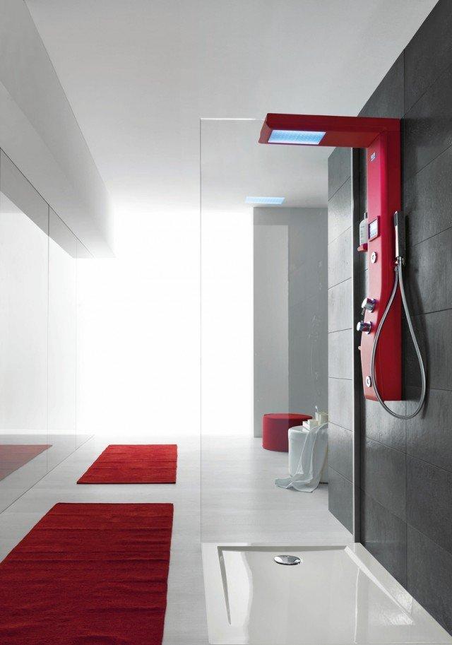 Etoile di Hafro ha un display digitale la colonna doccia con soffione per la cromoterapia, radio, rubinetteria termostatica, doccetta, getti idromassaggio e mensole porta oggetti. Disponibile nei colori rosso, lilla e antracite. Misura 125 x 21 cm.