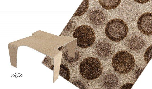 Il tavolino Kun di Kreativissimi è formato da una lastra di alluminio rivestita da un foglio di essenza lignea. Si può scegliere tra la versione in rovere o in palissandro; ha una linea essenziale e leggera. Misura L 66 x P 66 x H 31 cm. Il prezzo è 545 euro. www.kreativissimi.com Il tappeto Harisco Brown di Wissenbach è taftato a mano in India ed è realizzato in poliestere, è disponibile in quattro varianti di colore. Misura L 240 x P 170 cm. Prezzo 950 euro. www.wissenbach.it