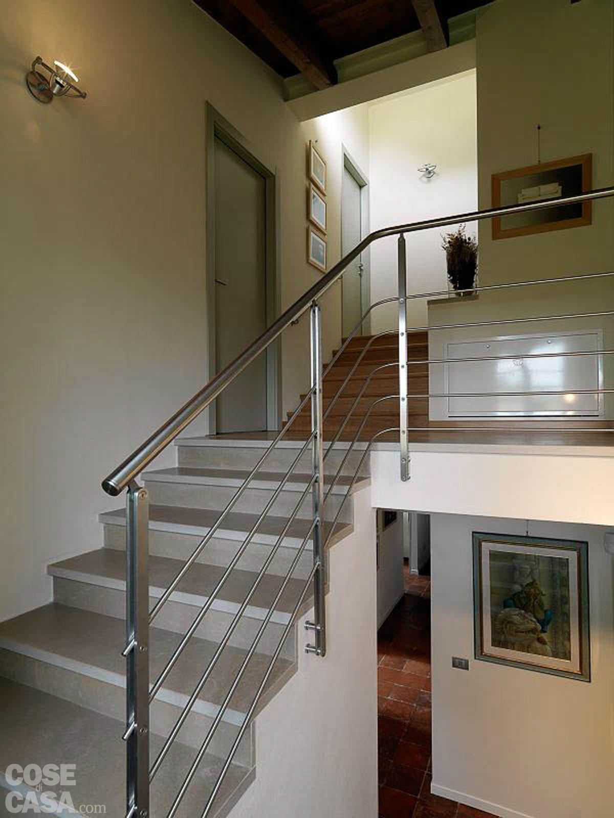 Scala interna moderna scala a u con gradini in legno con - Interni casa classica ...
