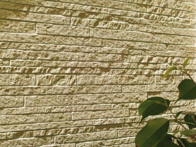 Rivestimento a parete da 30x60 cm effetto mosaico e piastrelle a pavimento da 15x30 cm, compresi materiali per la messa in opera: 2.780,00 euro. Posa delle piastrelle:  1.850,00 euro