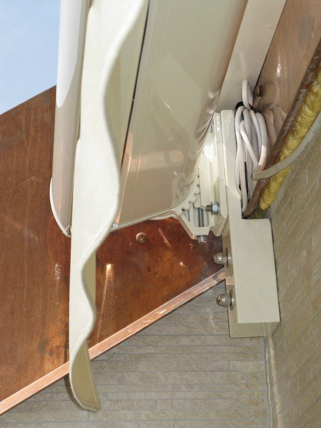 Tenda da sole, che misura 410x300 cm, con tettuccio di protezione angolare, anemometro, 1 motore, compresa la posa: 1.780,00 euro
