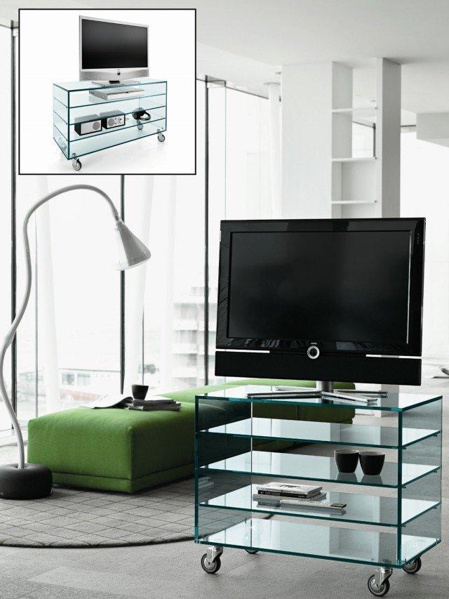 GRATTACIELO FIX - Mobile tv in vetro con rotelle Il mobile porta tv Grattacielo Fix di Tonelli Design è realizzato in vetro. Disponibile in 2 diverse larghezze. Pratico con rotelle piroettanti è spazioso e completo di accessori come il piano girevole per TV, rotondo o rettangolare, cassetti in ciliegio naturale, wengè, rovere sbiancato, cuoio naturale o nero e laccati in tutti i colori della gamma RAL. Misure L 80 x P 45 x H 68 oppure L 113 x P 45 x H 68 cm. Portata fino a 70 kg. Prezzo da rivenditore. Prezzo www.tonellidesign.it