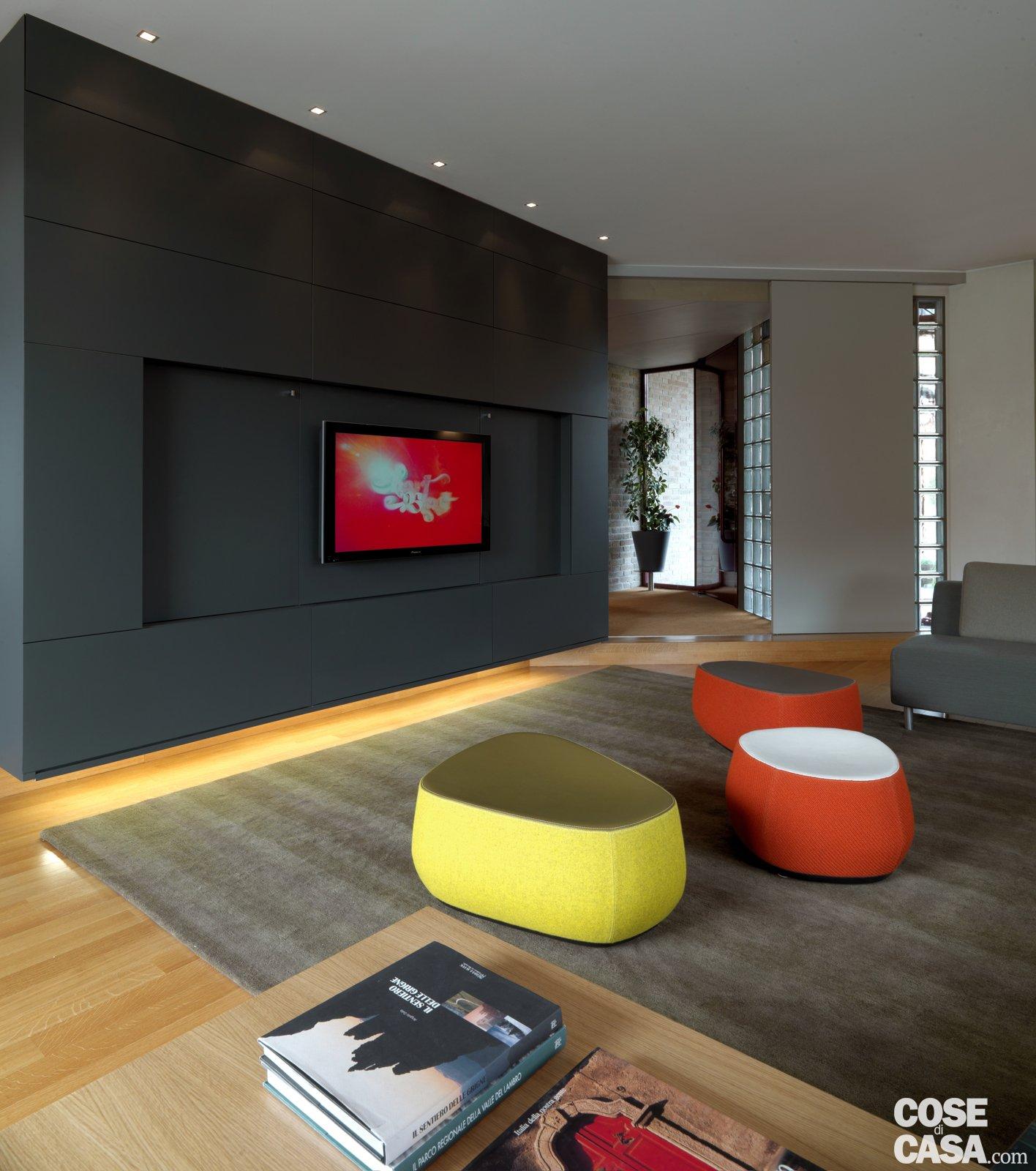 una casa arredata con pezzi di design e finiture di