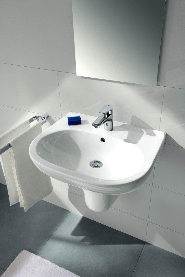 Il lavabo O.Novo di Villeroy & Boch è in ceramica sanitaria bianca. Con troppopieno, è predisposto anche per  tre fori. Misura L 65 x P 51 cm. Prezzo 102 euro. www.villeroy-boch.com/it