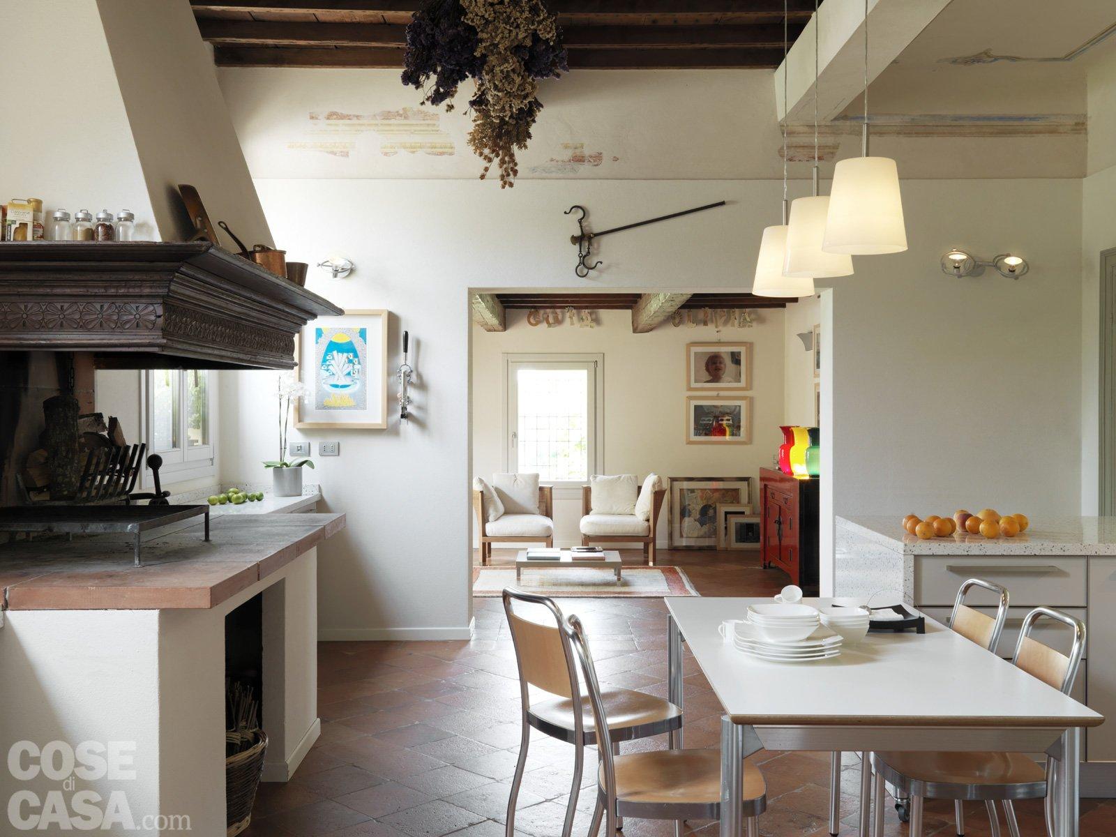 Casa classica con finiture e mobili d 39 epoca cose di casa - Salone cucina unico ambiente ...