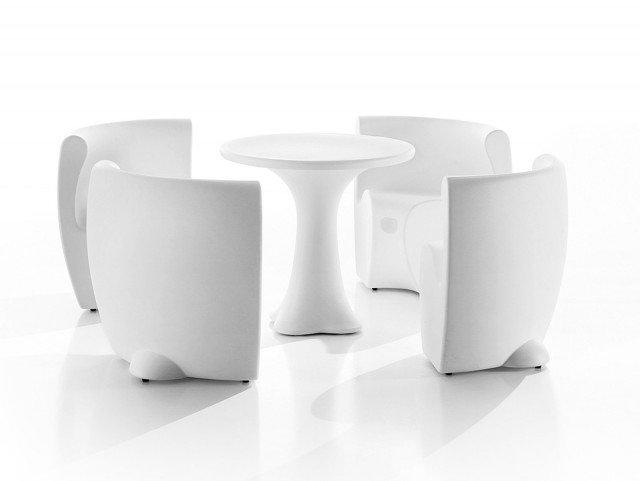 l tavolo e le poltroncine sono sagomate per essere accostate, riducendo l'ingombro. Quando non li si usa, i pezzi formano un monoblocco dal volume scolpito. Versatili, sono realizzati in un materiale resistente adatto a essere posto anche negli spazi all'esterno. Coordinati, tavolo e 4 sedute sono realizzati in PolEasy®, un polietilene lavabile, inalterabile nel tempo; il tavolo misura Ø 79 x H 72 cm; una seduta misura L 83 x P 51 x H 72 cm; la composizione chiusa misura Ø 118 x H 72 cm e, nella versione base, costa 1.337 euro Community di Myyour ]  www.myyour.eu