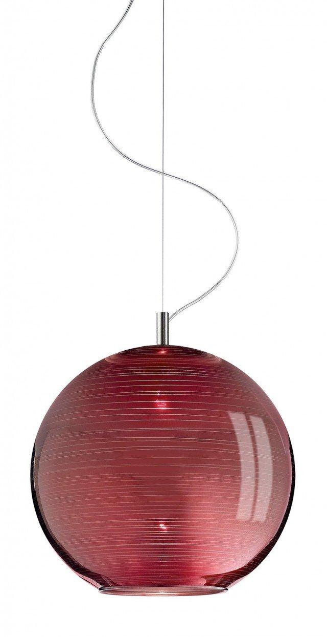 La sospensione è in vetro soffiato e decorato a mano in rosso cromo rigato, con montatura in nichel spazzolato; misura Ø 35 x H 120 cm e costa 307,20 euro Bio-Sphera di Ivv ]  www.ivvnet.it