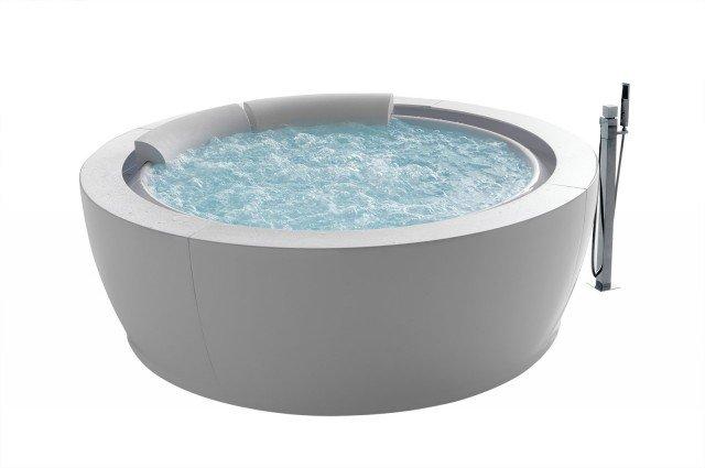 Con acqua a sfioro, la vasca airpool può essere dotata di molte altre funzioni: whirlpool, cromoterapia, faro subacqueo. Misura Ø 190 cm. Prezzo su preventivo. Bolla di Hafro ] www.hafro.it