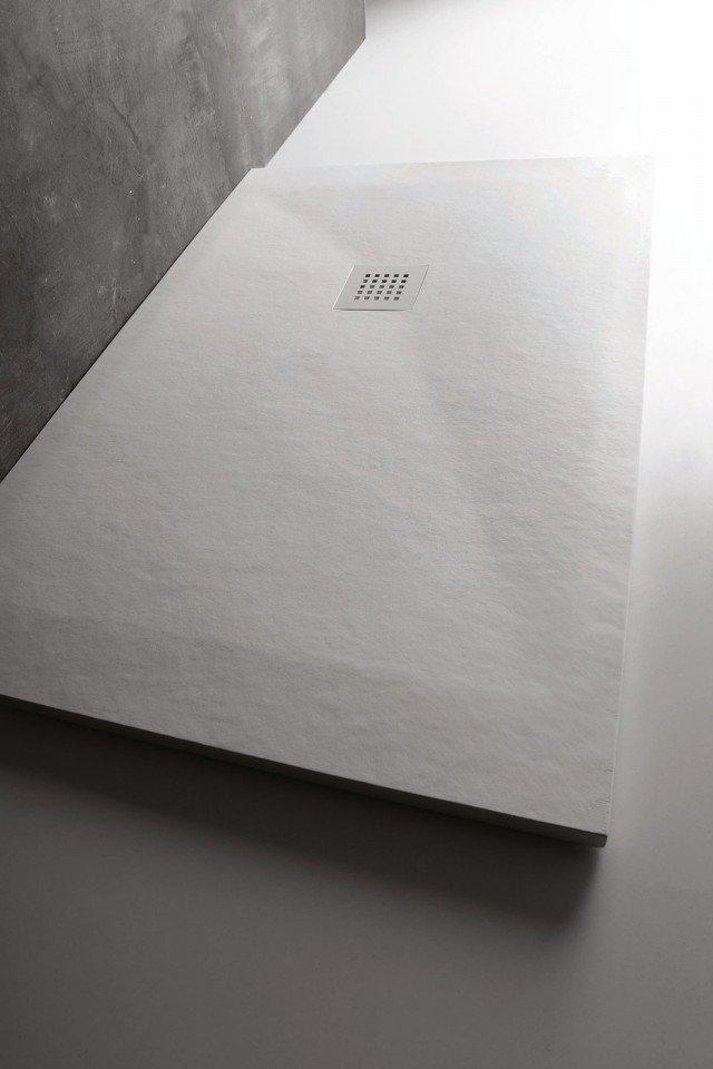 l piatto extrasottile in Marmogres bianco è reversibile, con piletta a destra o a sinistra; nella misura 140 x 70 x H 2,5 cm costa 744 euro Collezione 25 di Ceramica Cielo ] www.ceramicacielo.it