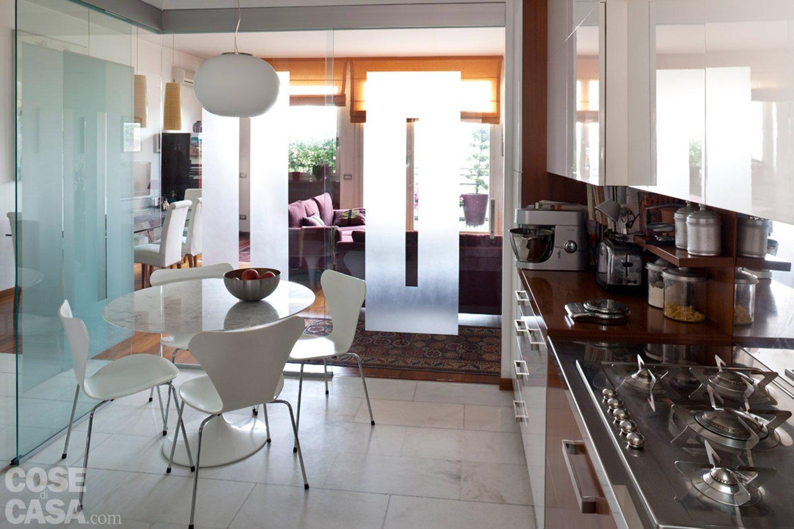Una casa rinnovata nel look con luce moltiplicata cose for Arredare piccolo soggiorno pranzo