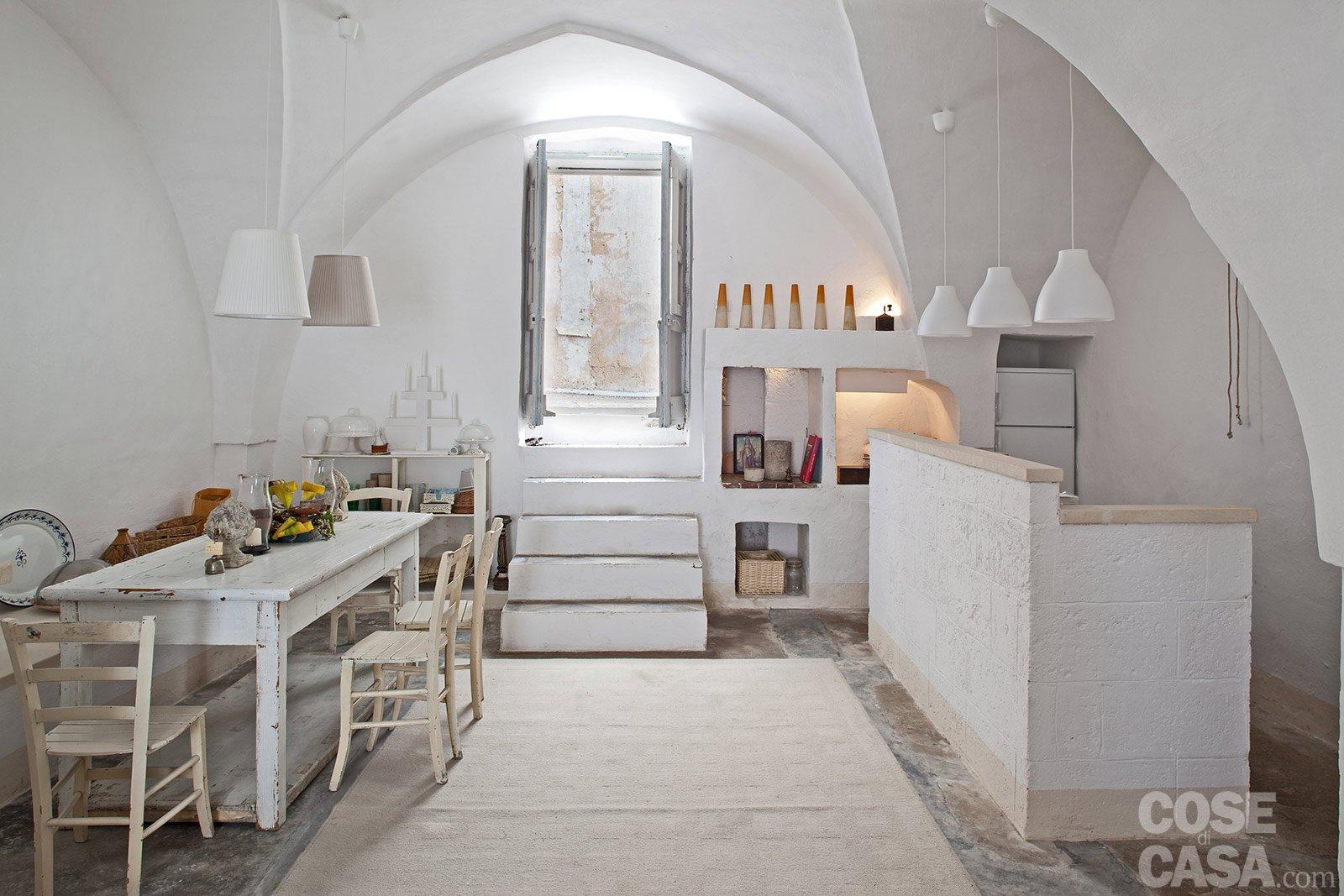 Una casa in pietra in stile mediterraneo cose di casa for Piani di casa porte cochere